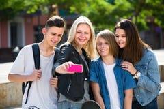 Adolescentes que hacen el selfie al aire libre Imágenes de archivo libres de regalías