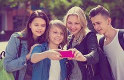 Adolescentes que hacen el selfie al aire libre Fotografía de archivo