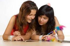 Adolescentes que hacen la preparación Foto de archivo libre de regalías