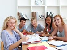 Adolescentes que hacen la preparación en la biblioteca Fotografía de archivo libre de regalías