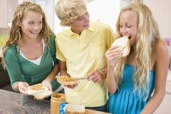Adolescentes que hacen los emparedados Foto de archivo