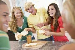 Adolescentes que hacen los emparedados Imagen de archivo libre de regalías