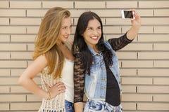 Adolescentes que hacen un selfie Fotos de archivo