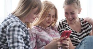 Adolescentes que hojean el contenido social de los medios en smartphone metrajes