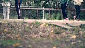 Adolescentes que jogam com uma bola no campo de básquete filme