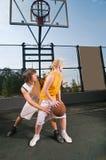 Adolescentes que jogam o basquetebol Foto de Stock Royalty Free
