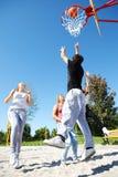 Adolescentes que jogam o basquetebol Imagem de Stock