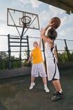 Adolescentes que juegan a baloncesto Foto de archivo libre de regalías