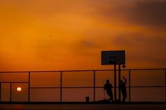Adolescentes que juegan a baloncesto Fotografía de archivo