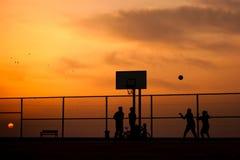 Adolescentes que juegan a baloncesto Imagenes de archivo