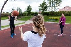Adolescentes que juegan a baloncesto en parque imagen de archivo libre de regalías