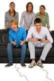 Adolescentes que juegan con el playstation Fotos de archivo libres de regalías