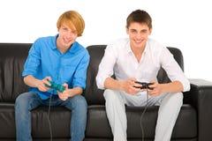 Adolescentes que juegan con Playstation Imagenes de archivo