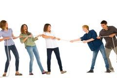 Adolescentes que juegan el tirón del wa Imagen de archivo libre de regalías
