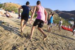 Adolescentes que juegan en la playa de Taganga en Colombia Imagen de archivo libre de regalías