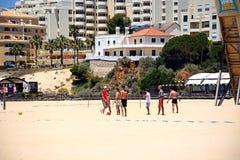 Adolescentes que juegan a fútbol en la playa de Portimao Foto de archivo libre de regalías