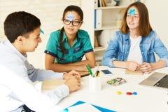 Adolescentes que juegan a juegos en clase Foto de archivo