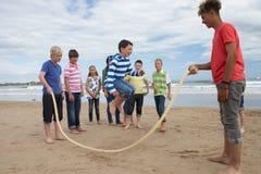 Adolescentes que juegan la cuerda que salta Foto de archivo libre de regalías