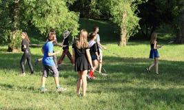 Adolescentes que juegan a lacrosse Fotografía de archivo libre de regalías