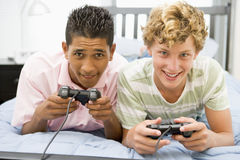 Adolescentes que juegan a los juegos video Fotos de archivo