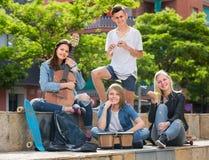 Adolescentes que juegan música al aire libre Fotografía de archivo