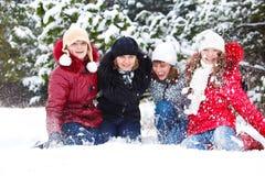 Adolescentes que lanzan nieve Imagen de archivo libre de regalías