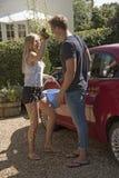 Adolescentes que lavan un coche Imagen de archivo libre de regalías