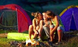 Adolescentes que ligan en campamento de verano Fotografía de archivo