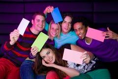 Adolescentes que llevan a cabo muestras