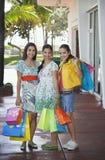 Adolescentes que llevan los panieres en la acera Imagen de archivo libre de regalías