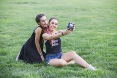 Adolescentes que llevan una foto los theirselves Imagen de archivo libre de regalías