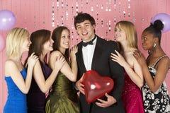 Adolescentes que miran al muchacho atractivo Imágenes de archivo libres de regalías