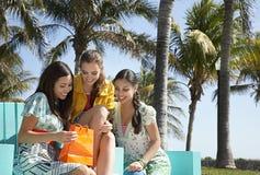 Adolescentes que miran en el panier Imagen de archivo libre de regalías