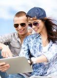 Adolescentes que miran la PC de la tableta Imagenes de archivo