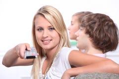 Adolescentes que miran la televisión Fotos de archivo