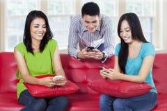 Adolescentes que miran smartphone Fotos de archivo