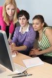 Adolescentes que miran un ordenador Imagen de archivo