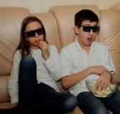 Adolescentes que miran una película con interés Imágenes de archivo libres de regalías