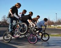 Adolescentes que montam bicicletas Fotos de Stock Royalty Free