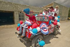 Adolescentes que montan un jeep adornado para el cuarto de julio, en Lima Montana Foto de archivo libre de regalías