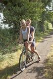 Adolescentes que montan una bicicleta Fotografía de archivo
