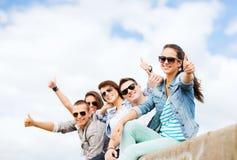 Adolescentes que muestran los pulgares para arriba Foto de archivo libre de regalías