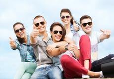 Adolescentes que muestran los pulgares para arriba Fotos de archivo libres de regalías