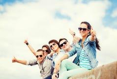 Adolescentes que muestran los pulgares para arriba Fotos de archivo