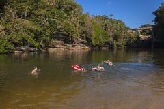Adolescentes que nadan la laguna de la playa Imágenes de archivo libres de regalías