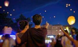 Adolescentes que olham a lanterna de papel Imagem de Stock