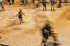 Adolescentes que patinan en la pista de hielo Imágenes de archivo libres de regalías