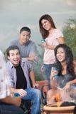 Adolescentes que penduram para fora em um assado Imagem de Stock