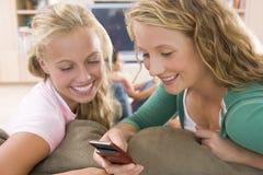 Adolescentes que penduram para fora na frente da televisão Fotos de Stock Royalty Free