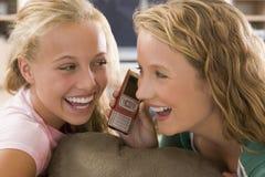 Adolescentes que penduram para fora na frente da televisão Foto de Stock